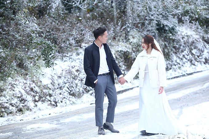 Trong số những người săn được tuyết, cặp Linh - Thương (đến từ Hà Nội) còn may mắn hơn khi lên Y Tý đúng lúc thực hiện bộ ảnh cưới. Ngay cả ekip chụp ảnh cưới cũng cho biết họ thấy rất vui khi tới được Y Tý đúng dịp xảy ra hiện tượng thời tiết hiếm gặp.