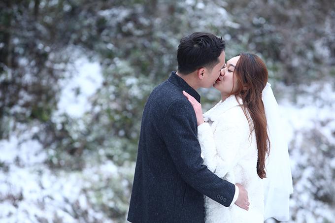 Cả hai trao nhau nụ hôn ngọt ngào giữa trời tuyết.