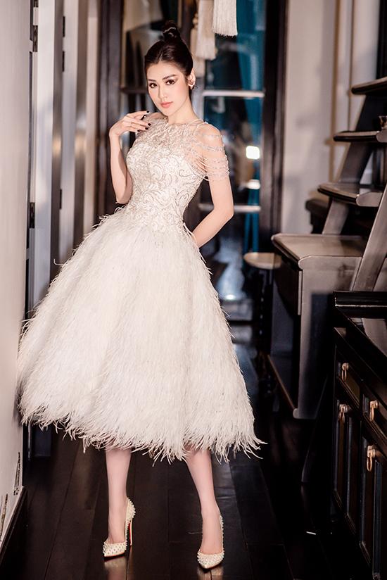 Sau khi làm mẹ, Tú Anh vẫn yêu thích phong cách công chúa. Cô chọn váy xòe gắn lông vũ đính sequin lộng lẫy của NTK khi dự một sự kiện tại Đà Nẵng.