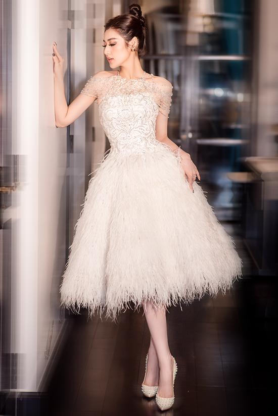 Cô hoàn thiện phong cách bằng giày Christian Louboutin màu đồng điệu, khuyên tai Dior và kiểu tóc búi cao.