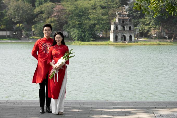 Đỗ Hiếu - Thùy Linh tái hiện lại hình ảnh của những cô dâu chú rể thời bao cấp khi khoác lên mình tấm áo dài lụa thêu, ôm bó hoa lay-ơn trắng đơn sơ, mộc mạc.