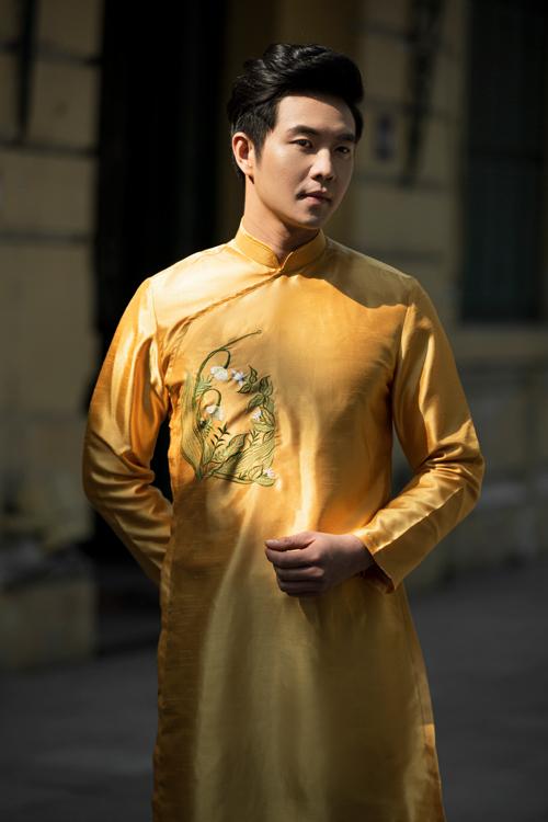 Áo dài nam cũng được thêu họa tiết đồng điệu nhưng tiết chế chi tiết để tôn lên vẻ nam tính, mạnh mẽ. Họa tiết được thêu thủ công.