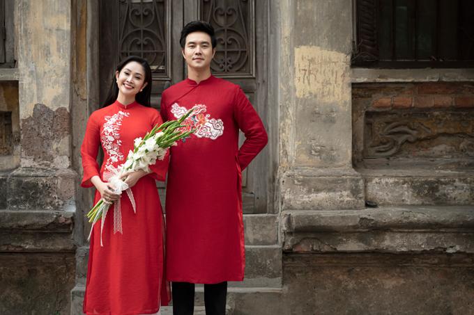 Khi chọn áo dài tông đỏ để kết đôi, uyên ương có thể chọn hai chiếc áo cùng sắc độ hoặc hai sắc độ liền kề để tạo sự ăn ý, hài hòa trong diện mạo.