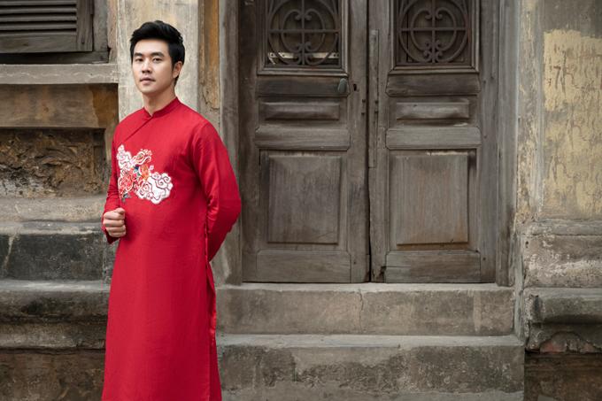 Áo dài nam thường được may bằng chất liệu taffeta hoặc đũi, cầu vay dựng theo phom áo vest vuông vức, cứng cáp.