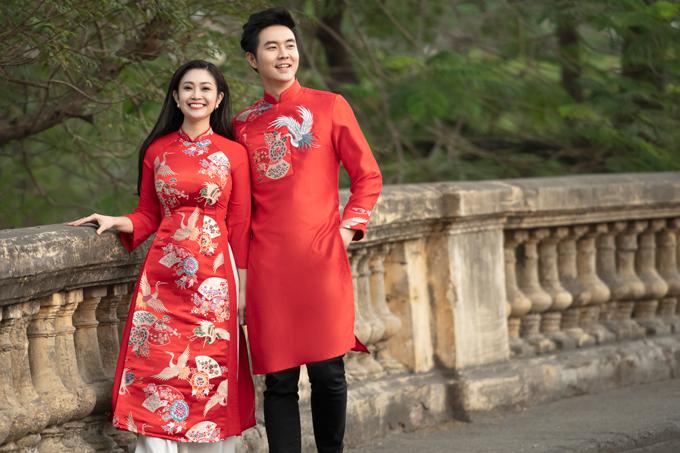 Một cặp áo dài đôi chất liệu gấm và taffeta in họa tiết chim hạc. Uyên ương thích phong cách truyền thống Á đông có thể cân nhắc gợi ý này.