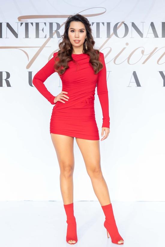 Siêu mẫu Hà Anh chọn váy ôm tôn vóc dáng gợi cảm và đôi chân thon dài.