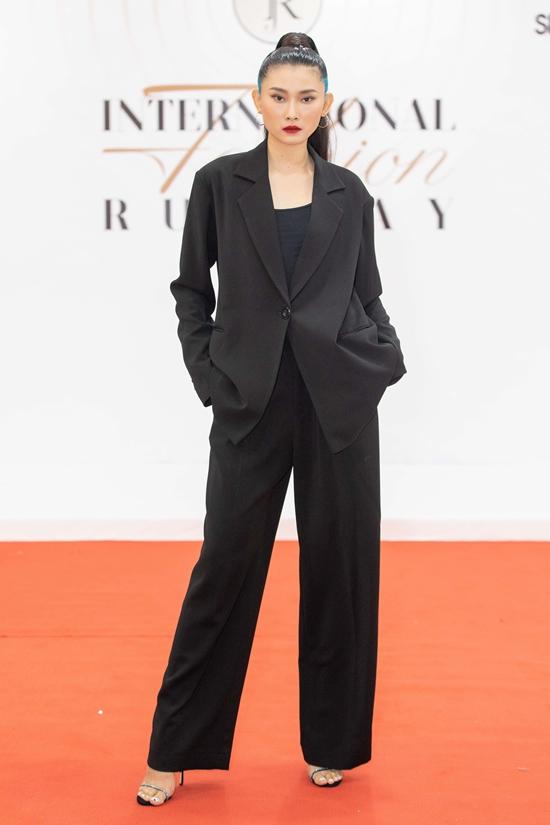 Người mẫu Kim Nhung chọn bộ suit cá tính hơn các khách mời khác.