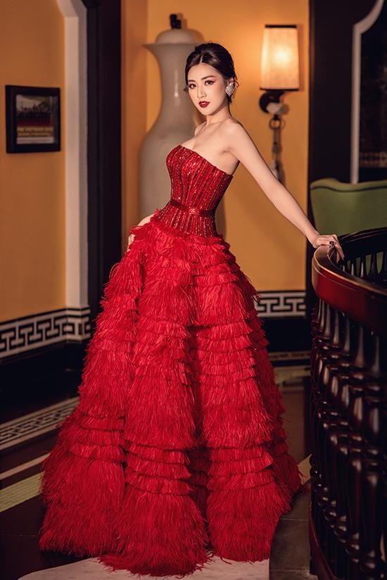 Ở một sự kiện khác, cô tiếp tục lựa chọn thiết kế của Lê Thanh Hòa nhưng với màu sắc và kiểu dáng lộng lẫy hơn.
