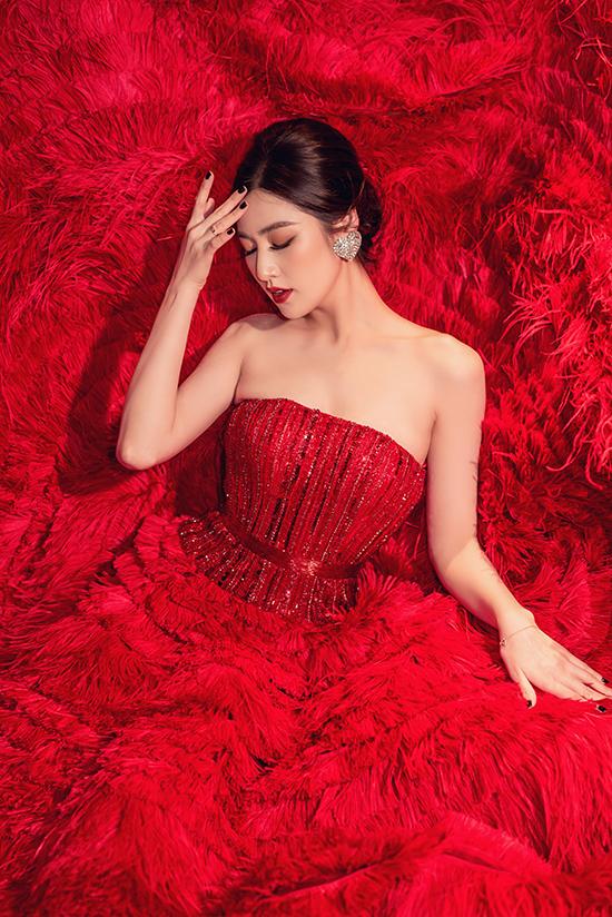 Với chiếc váy này, cô trang điểm phong cách quyến rũ hơn với son đỏ đậm và đôi mắt kẻ viền sắc nét.