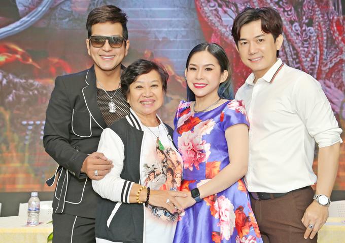 Bình Tinh chụp ảnh cùng diễn viên Thái Vinh (vest đen), Hoàng Đăng Khoa (áo trắng) và soạn giả Bạch Mai tại buổi ra mắt sản phẩm mới.