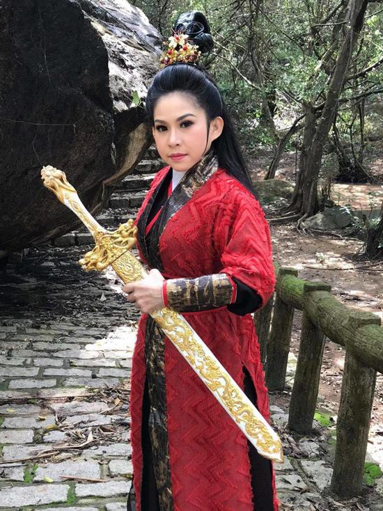 Tạo hình của Bình Tinh trong phim cải lương Cô gái Đồ Long.