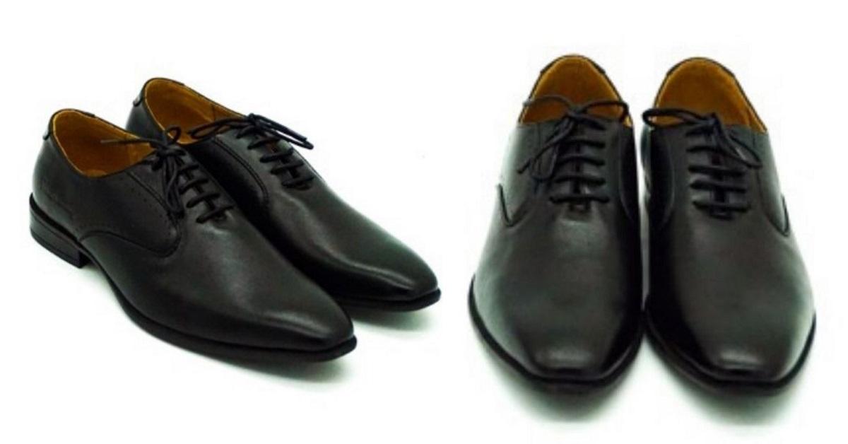 Giày tây nam Pierre Cardin PCMFWLE713BLK có giá giảm 50% còn 1,388 triệu đồng (giá gốc 2,99 triệu đồng). Thiết kế cột dây tạo điểm nhấn thanh lịch cho cánh mày râu. Mũi giày nhọn, góp phần tạo cảm giác cao ráo. Đế giày cao 2 cm, làm từ chất liệu cao su với các rãnh chống trượt. Mặt trên giày có các lỗ thoáng khí, tạo cảm giác thoải mái, không hầm bí dù mang trong thời gian dài. Giày cũng có hai màu đen - nâu cho các chàng thoải mái lựa chọn.