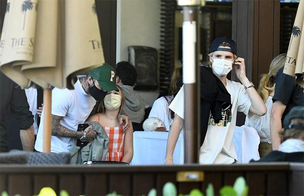 Becks và con gái cưng đi phía sau khi cả nhà rời nhà hàng Ocean Grill thuộc khách sạn The Setai ở bãi biển Miami, bang Florida.