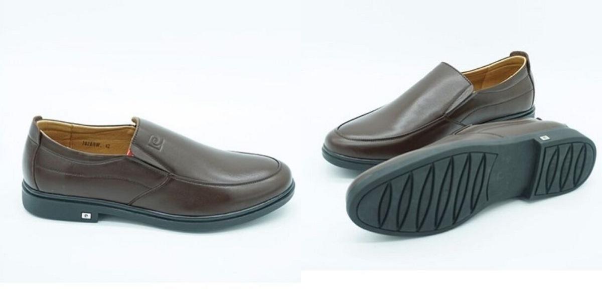 Giày lười nam Pierre Cardin PCMFWLE702BRW có hai màu nâu và đen cho phái mạnh lựa chọn. Kiểu giày lười dễ tháo, cởi, chất liệu da bò thật cả mặt trong và ngoài. Đề giày làm bằng cao su nhiệt dẻo TPR có các rãnh trống trơn trượt. Logo thương hiệu khắc chìm trên mặt giày. Sản phẩm có giá 1,388 triệu đồng.