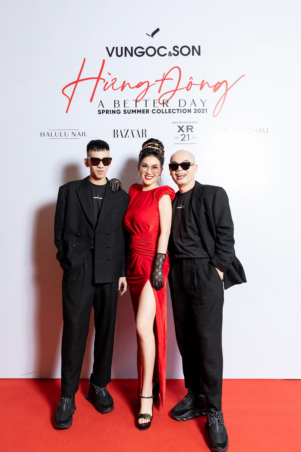 Là bạn thân của hai nhà thiết kế Đinh Trường Tùng và Vũ Ngọc Tú (thương hiệu Vũ Ngọc và Son), fashionista Châu Lê Thu Hằng xuất hiện tại thảm đỏ từ rất sớm để ủng hộ show diễn.
