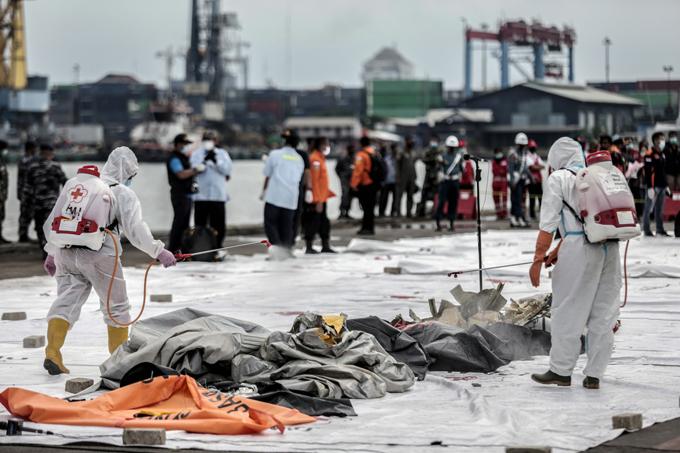 Thi thể của các nạn nhân vụ máy bay Indonesia rơi được trục vớt hôm 10/1. Ảnh: Reuters.