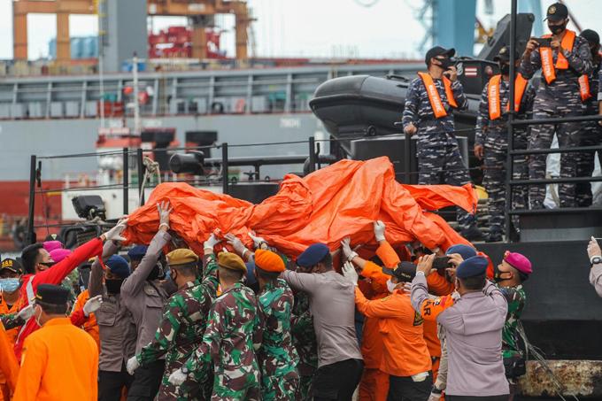 Lực lượng cứu hộ Indonesia trục vớt các mảnh vỡ của máy bay rơi hôm 10/1. Ảnh: Reuters.