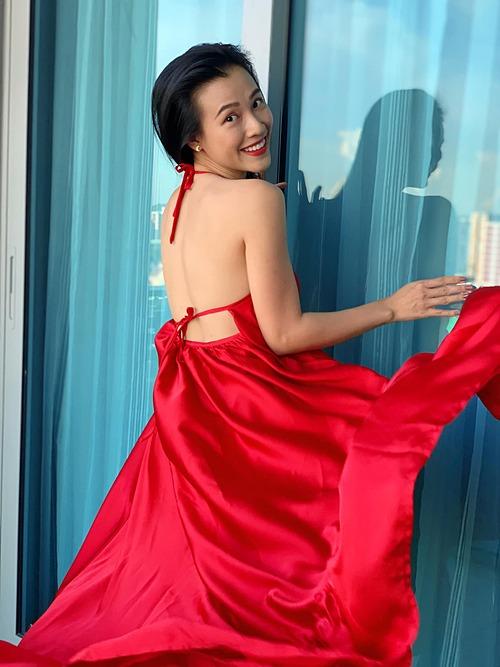 MC Hoàng Oanh gợi cảm qua ống kính em gái. Bà mẹ một con kể: Singapore mưa tầm tã ngày đêm... buồn quá ra ban công làm vài cú lướt váy cho tươi vui tháng ngày.