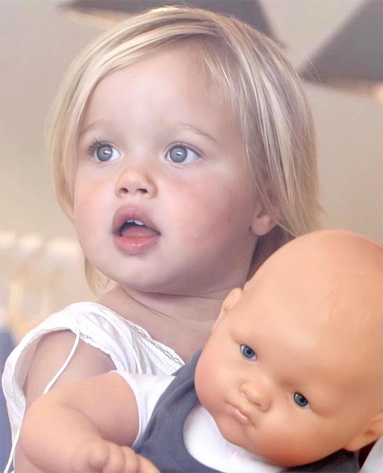 Shiloh Jolie-Pitt sinh năm 2006 là con gái ruột đầu lòng của cặp minh tinh Angelina Jolie và Brad Pitt. Từ khi chào đời Shiloh đã là nhóc tỳ được quan tâm, săn đón bậc nhất ở Hollywood.