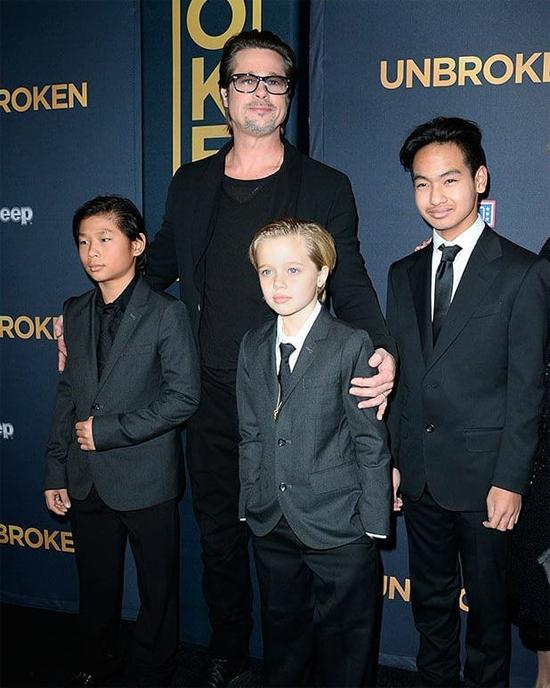 Tại lễ ra mắt phim Unbroken do Angelina làm đạo diễn năm 2014, Shiloh mặc vest bảnh bao như hai anh trai Maddox và Pax Thiên.
