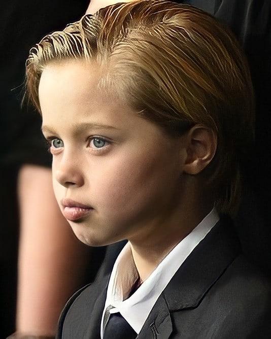 Không chỉ trang phục, Shiloh còn tạo kiểu tóc nam chải chuốt và thần thái như một cậu con trai.