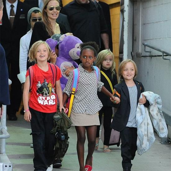 Cô bé nổi bật với áo phông in nhân vật phim Star Wars khi xuống sân bay ở Los Angeles cùng gia đình vào tháng 9/2013.