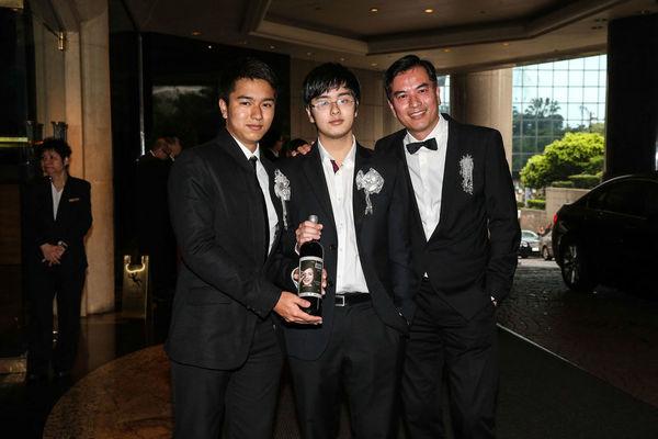 Chồng (ngoài cùng bên phải) và hai con của cố diễn viên Tư Mã Yến.