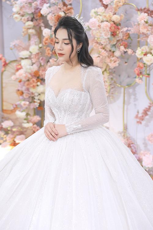 Cổ vuông tim giúp tôn ngực đầy của cô dâu.