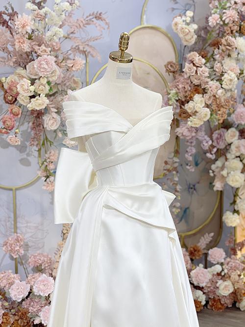 Cận cảnh mặt trước của váy cưới tối giản.