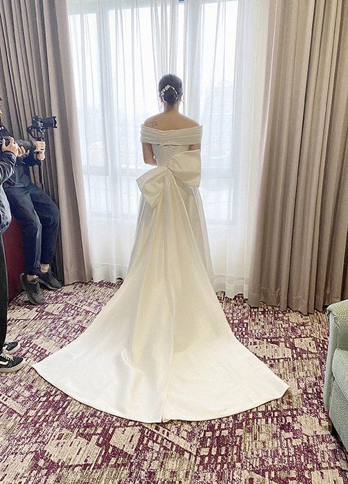 Để chiếc váy đều được đẹp ở mọi mặt, NTK Linh Nga đã nhấn đuôi váy bằng một chiếc nơ cầu kỳ với độ dài 3m để vợ của trung vệ được toả sáng ở mọi góc nhìn.