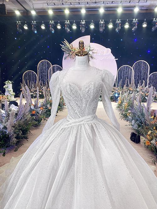 Mẫu váy này được NTK Linh Nga sử dụng hơn 7 loại đá Swarovski có 7 sắc độ ánh sáng khác nhau và có độ bắt sáng tốt. 30.000 viên đá được tập trung đính kết dọc ở eo váy, tạo cảm giác thon gọn cho Khánh Linh.
