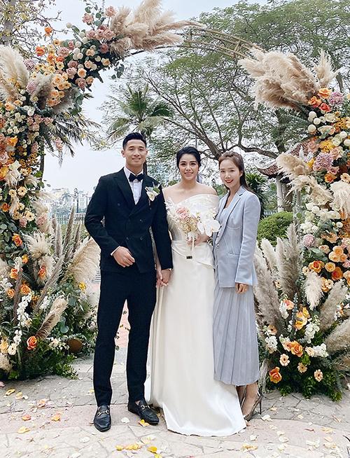 Cặp vợ chồng bên NTK Linh Nga. Mẫu váy nhẹ nhàng, được làm từ vải lụa tơ tằm duchess và lụa mikado cao cấp.