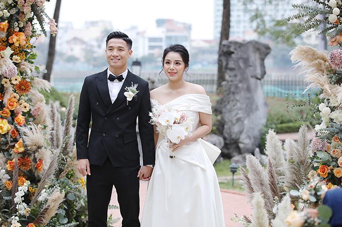 Ngày 10/1, trung vệ Bùi Tiến Dũng và cô dâu Khánh Linh đã tổ chức tiệc cưới tại Hà Nội. Chiếc váy đơn giản không đính kết sử dụng chất liệu cao cấp, mang đến cho Khánh Linh vẻ ngoài sang trọng. Theo NTK, chiếc váy có giá trị lên đến 100 triệu đồng.