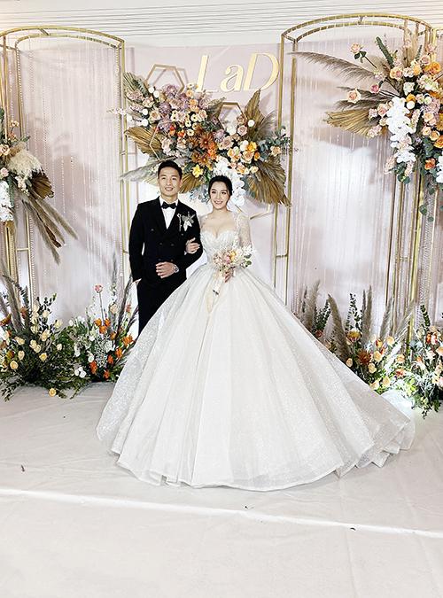 Mẫu váy thứ 2 của Khánh Linh là váy có thiết kế cổ vuông, đi theo phong cách hoàng gia. NTK Linh Nga đã linh hoạt tạo nên chiếc váy 2 trong 1 để cô dâu dễ dàng thay đổi trang phục.