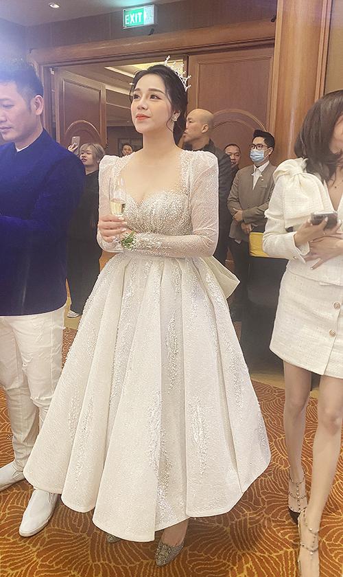 Váy 2 trong 1 biến tấu với tùng váy ngắn, cùng độ lấp lánh của hơn 10.000 viên đá Swarovski màu trắng ivory được đính trên thân váy. Bộ cánh được tiết lộ có giá lên đến 500 triệu đồng.