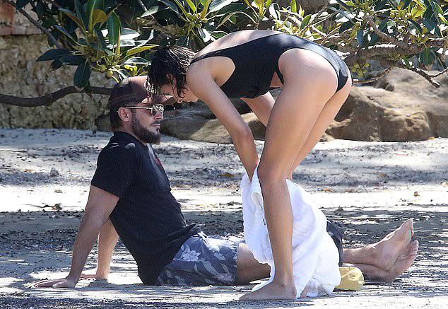 Zac Efron và Vanessa Valladares tận hưởng ngày nghỉ chủ nhật trên bãi biển vắng vẻ.