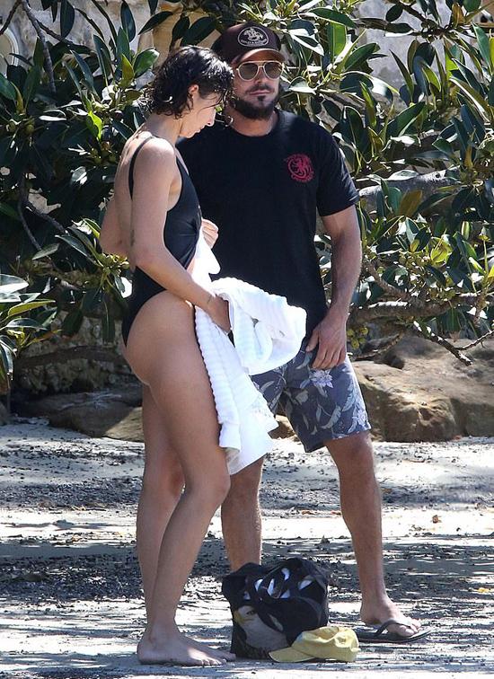 Vanessa vô tình gặp Zac Efron tại một quán cafe vào hè năm ngoái nơi cô làm thêm công việc phục vụ bàn.  Zac say nắng Vanessa từ buổi đầu gặp gỡ. Anh quyết định ở lại Australia để ở bên người đẹp này.