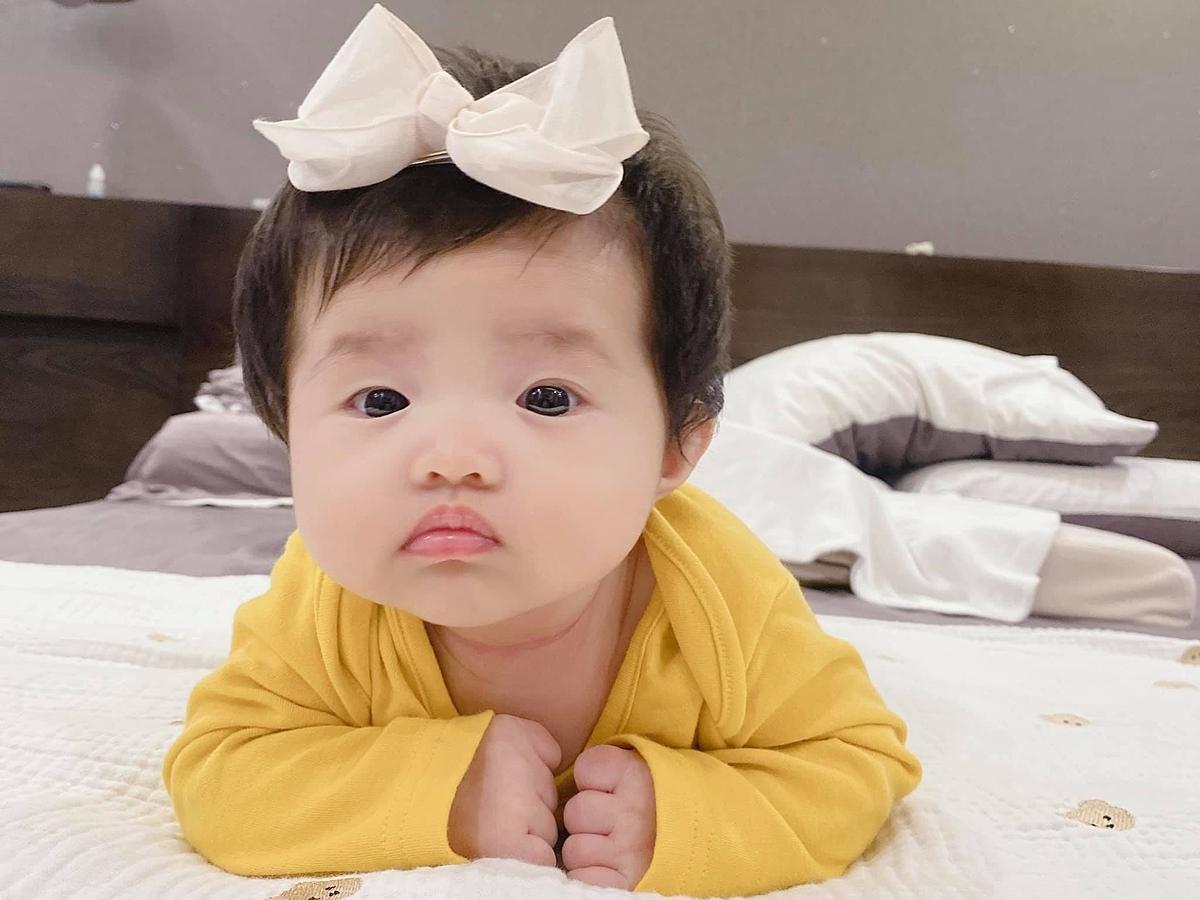 Trong bức ảnh hiếm hoi do bố mẹ đăng tải, Winnie diện áo màu vàng, đeo nơ xinh yêu.