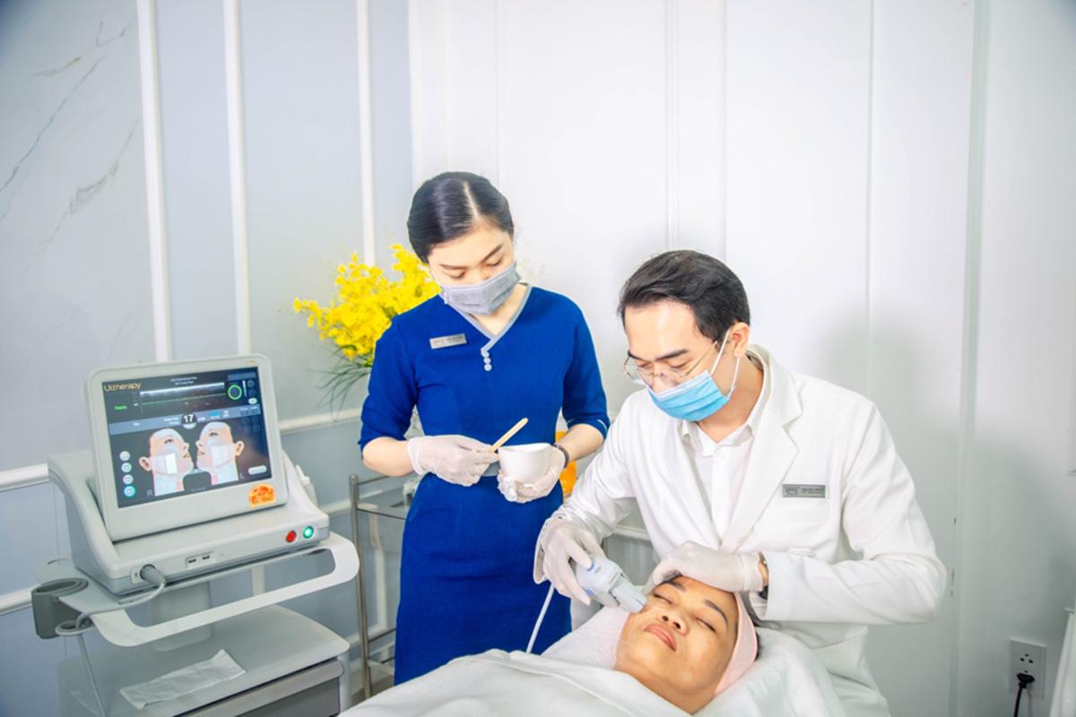 Bác sĩ Phạm Minh Trường chăm sóc da cho khách.