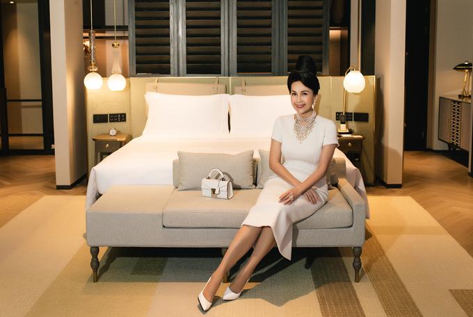 Diễn viên Diễm My không chỉ là đàn chị mà còn là khách hàng trung thành của Đỗ Mạnh Cường. Nữ hoàng ảnh lịch thập niên 1990 tiết lộ chị đã mua cả nghìn bộ váy của nhà thiết kế và nhiều năm nay chỉ mặc đồ của Đỗ Mạnh Cường.