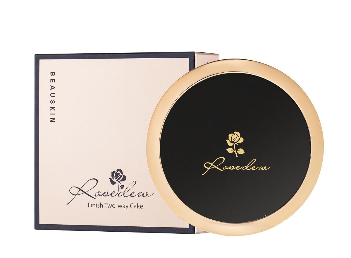 Phấn phủ kiềm dầu Beauskin Rosedew Two Way Cake có thiết kế hợp bắt mắt với phần viền kim loại màu vàng và phần lõi nhựa màu đen. Kết cấu hạt phấn mịn, cho lớp nền tự nhiên, khả năng kiềm dầu và che khuyết điểm, nâng tone da mà không gây bí bách. Chỉ số chống nắng SPF30 PA+++ hỗ trợ bảo vệ da khỏi tác hại của tia UV. Sản phẩm có giá giảm 35% còn 550.000 đồng (giá gốc 850.000 đồng).