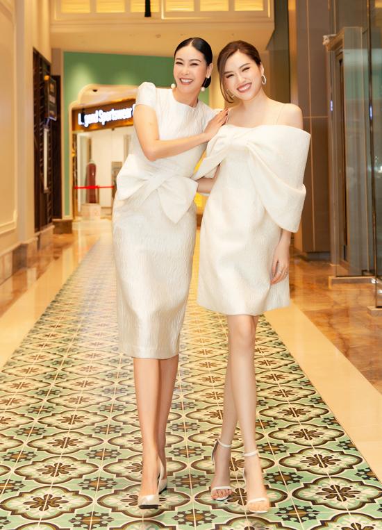 Hoa hậu Hà Kiều Anh vui vẻ hội ngộ MC Thanh Thanh Huyền. Cả hai đồng điệu với trang phục gam trắng.