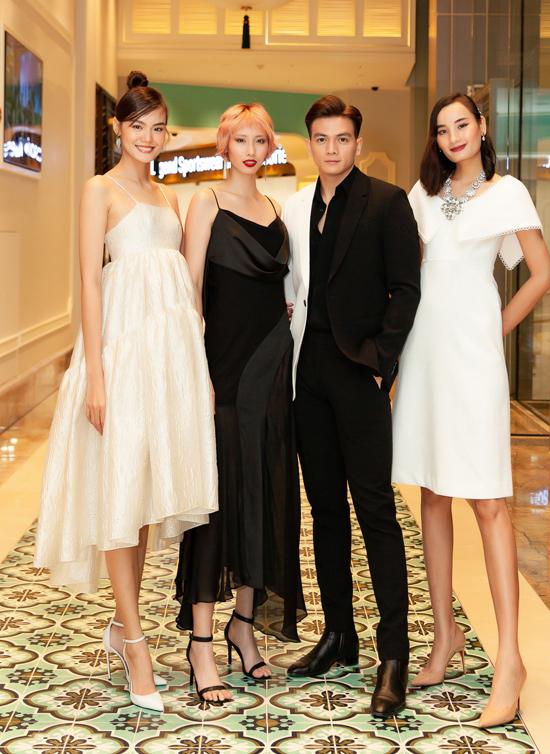Chân dài Thanh Thảo (ngoài cùng bên trái) và Hằng Nguyễn khoe vai trần với váy dây, chụp ảnh cùng Lê Xuân Tiền và Lê Thúy.