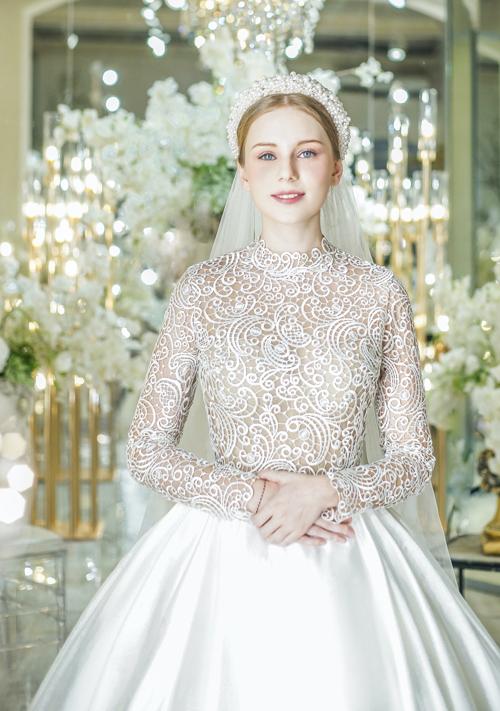 Hình ảnh của các cô dâu hoàng gia châu Âu luôn là nguồn cảm hứng sáng tạo bất tận cho các NTK thời trang và làm rung rinh trái tim của hàng triệu cô gái trên toàn thế giới. Những năm gần đây, những thiết kế mang phong cách này ngày càng chiếm được tình cảm của cô dâu Việt, trở thành lựa chọn hàng đầu trong ngày trọng đại.