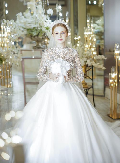 Váy cưới mang âm hưởng thời trang những năm 50 thường có dáng xòe bồng bềnh, siết eo và nâng ngực. Vì không cầu kỳ trong họa tiết trang trí nên những thiết kế này cũng được may bằng chất liệu cao cấp.