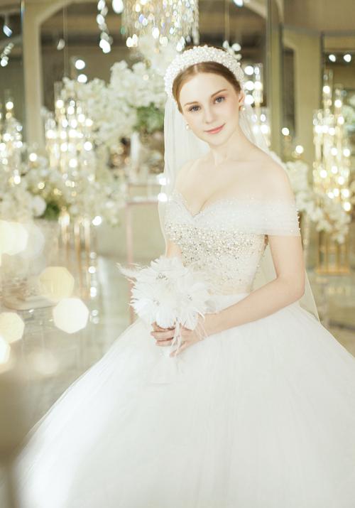 Nếu đính thêm một lớp vải lưới hững hờ, nàng sẽ thật điệu đà trong chiếc váy trễ vai xinh xắn.