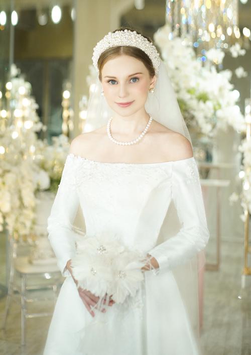 Nàng có bờ vai thon có thể chọn chiếc váy tối giản cổ trễ để khoe được lợi thế hình thể. Váy có nẹp thân giúp định hình vòng eo nhỏ nhắn và nâng đẩy vòng 1.