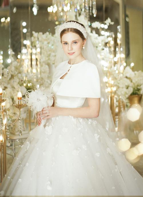 Hoặc mặc cùng áo khoác lửng để trở thành một cô dâu thời trang, phong cách.