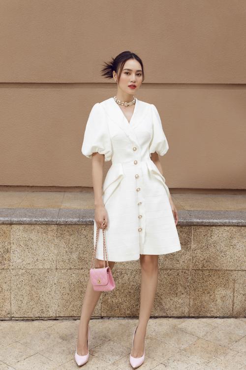 Song song với các mẫu váy được làm từ chất liệu hot trend, nhiều mẫu đầm lụa cũng được giới thiệu để mang tới sự phong phú về mẫu mã.