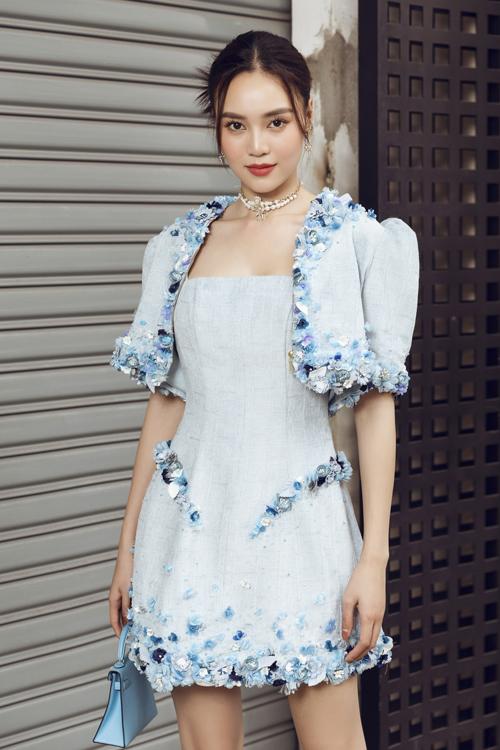 Trong loạt trang phục dành cho những ngày đầu năm mới, nhà mốt Việt tập trung cho dòng sản phẩm hai trong một. Các mẫu váy vừa có thể đi tiệc vừa dễ mix đồ dạo phố.